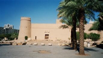 Saudi-Arabia-Riyadh-Al-Bathaa-Masmak-Fortress-palm-trees-BG